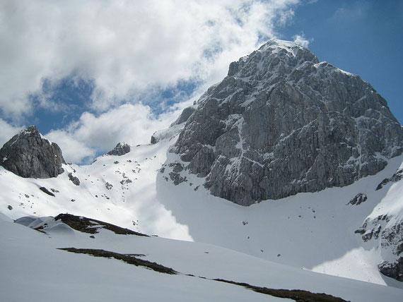 Der Blick hinauf zum Mangart, in der Bildmitte der kleine Felsgipfel ist der Kleine Mangart