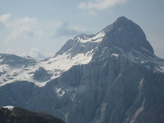 Vom Gipfel aus ist der Triglav mit der Kredarica zum Greifen nahe