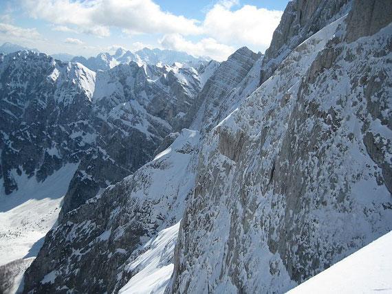 Die beeindruckende Nordwand des Mangart, im Hintergund erhebt sich die Skrlatica