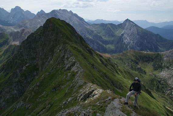 Blick hinunter zum Niederl, im Hintergrund die Hohe Wart (links)