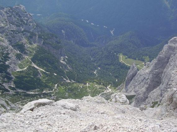 Der Blick hinunter zur Corsi Hütte, der Aufstiegsweg quert den bewaldeten Hang in der linken Bildhälfte