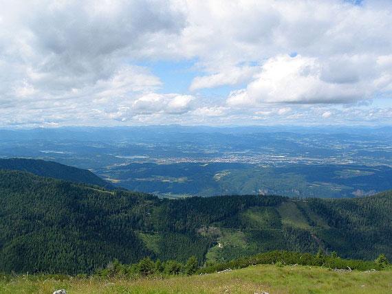 Das Klagenfurter Becken, am Horizont sind schemenhaft die Nockberge zu erkennen