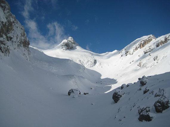 In der Karmulde (Za Cmirom) unterhalb des Cmir, in der Bildmitte der Begunjski Vrh (2461m)