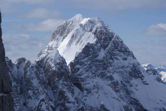 Im Nordwesten erhebt sich der Montasch, im Vordergrund die Terrarossa und verdeckt der Ausstieg aus der Huda Paliza