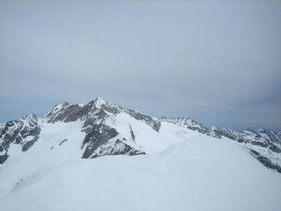 Hochalmspitze (3360m) mit dem Trippkees (Südseite) und dem Winkelkees (Westseite mit den Spalten)