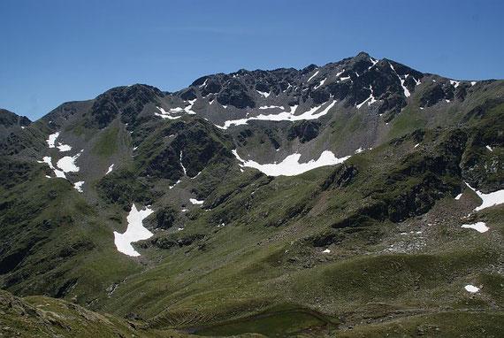 Am Horizont der Gratverlauf vom Kaltseetörl (links) zum Kreuzeck (rechts), aufgenommen vom Kreuzeck- Höhenweg