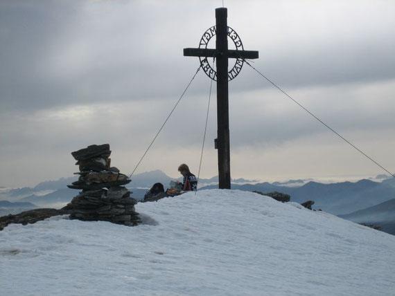 Nach etwas mehr als 2h Gehzeit (sehr schnell) erreichten wir etwas erschöpft den schneebedeckten Gipfel des Reiterecks