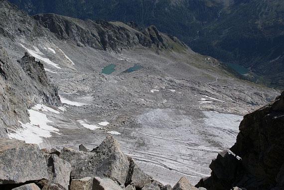 Die Abstiegsroute führt im linken Bildteil vorbei an den beiden Seen zur Gießener Hütte und zurück zum Speicher