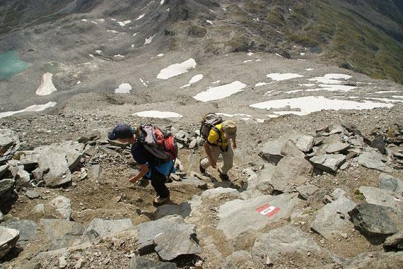In der extrem steilen Ostflanke hinauf zum Gipfel