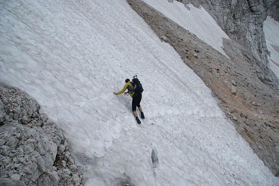 Kurz vorm Schuttfeld muss noch ein steiles Schneefeld gequert werden