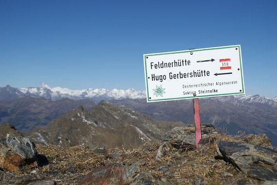 Am Gipfel angelangt, im Hintergrund der Großglockner (links)