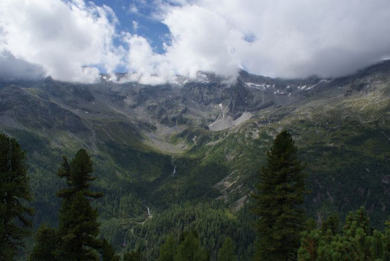 Der Kessel durch welchen der Abstieg erfolgt (rechter Bildteil)