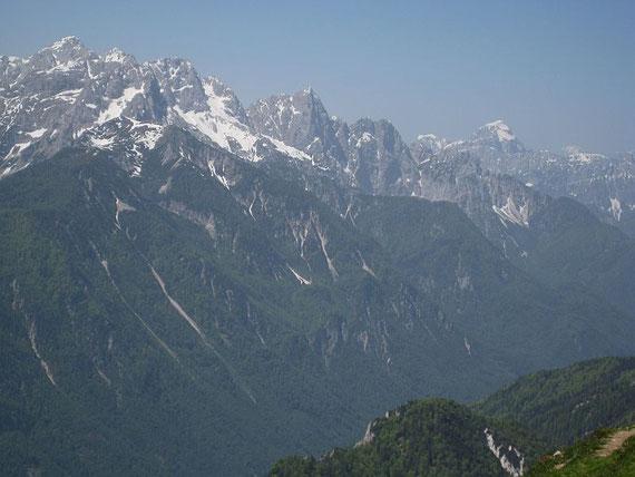 Im Westen zeigen sich der Mangart (rechts) in der Mitte als markanter Spitz der Spik sowie die Skrlatica (links)