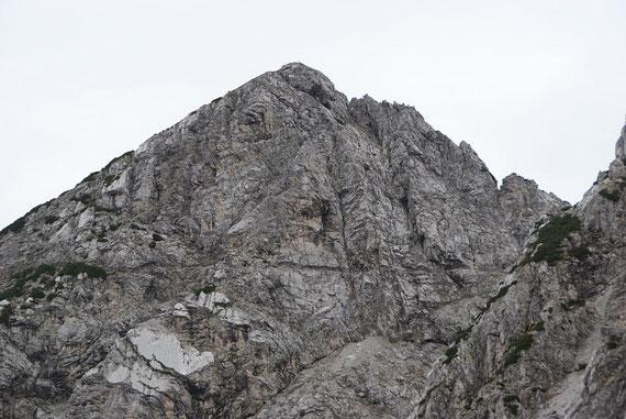 Schon von hier aus zeigt sich das faszinierende Felsband in der Cima Alta (Bildmitte)