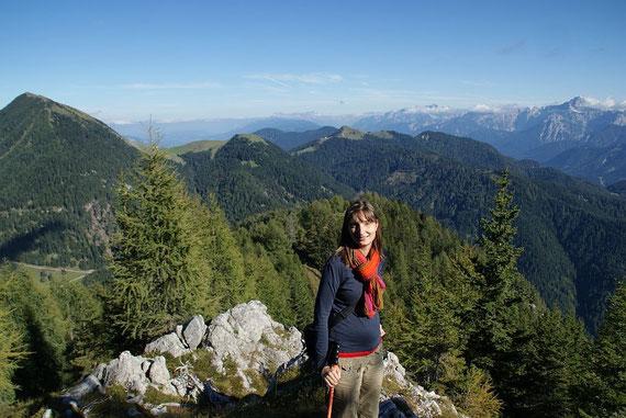 Abstieg über den Ostgrat mit Blick zur Feistritzer und Achomitzer Alm