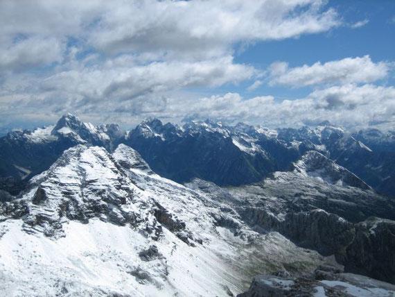 Am Gipfel zeigt sich ein unglaubliches Panorama. Die Julischen Alpen in ihrer ganzen Pracht