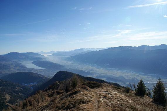 Blick vom Gipfel hinunter ins Drautal und zum Millstätter See