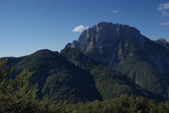 Die Cima dei Munghi mit dem Seekopf im Hintergrund, aufgenommen am Weg zur Cima Predil