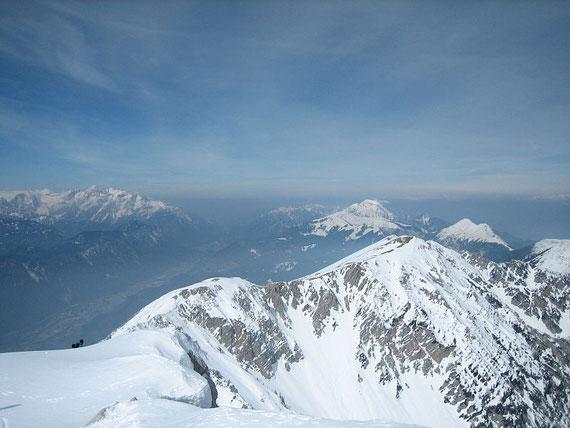 Aussicht nach Westen: links die Julischen Alpen und in der Bildmitte der Weinasch und dahinter der Mittagskogel (2145m)