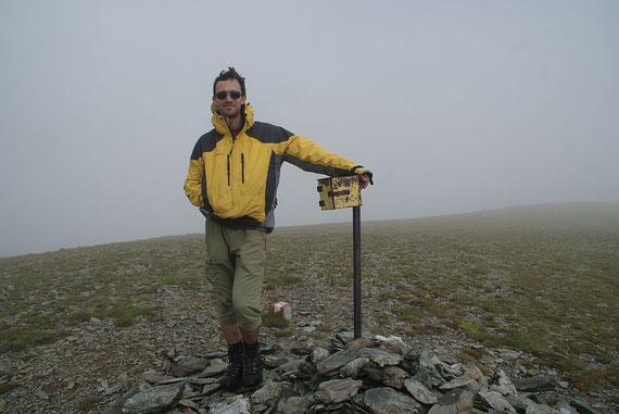 Am breiten Gipfel (Großer Speikkofel) noch im Nebel, die Sonne kommt aber bereits durch