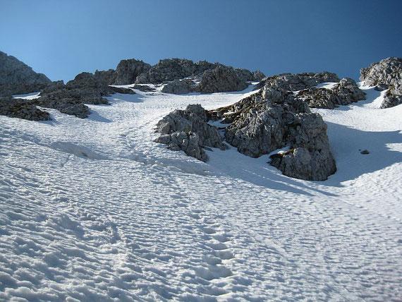 Am 15.5.2008 liegt in diesem Bereich noch viel Schnee, ohne Steigeisen sollte man sich hier nicht mehr bewegen