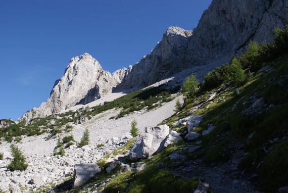 Der Koschutnikturm, der Klettersteig führt rechts vom Gipfel in die Scharte