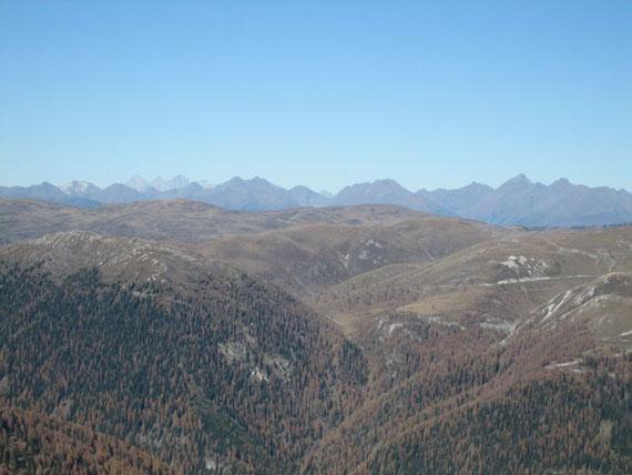Nach Norden hin  links im Bild (die drei Felskronen) der Dachstein (2996m), weiter rechts die Schladminger Tauern