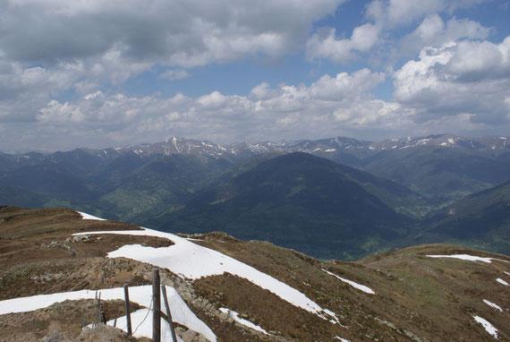 Im Norden zeigen sich der Rosennock sowie eine Vielzahl weiterer Gipfel der Nockberge