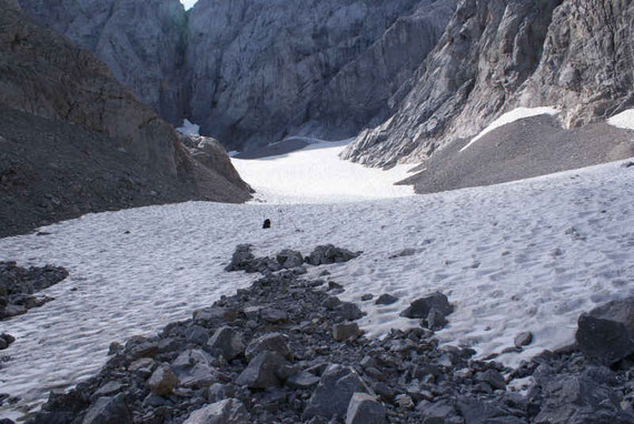 Vom Gletscherende der Blick über die Gletscherzunge hinauf zur Kellerwand