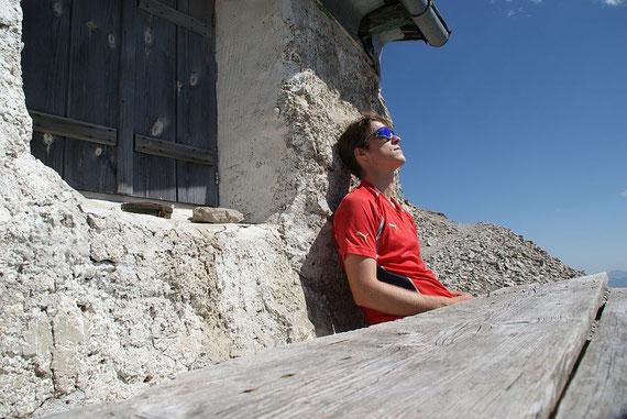 Kurze Pause beim Abstieg bei der Linderhütte, im Herbst ein Traumplatzerl, im Hochsommer doch sehr heiß