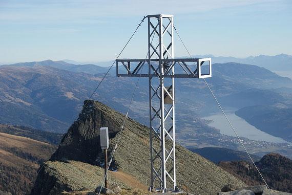 """Das Kreuz am Hocheck, im Hintergrund ist die """"blockige"""" Gurglitzen zu erkennen"""