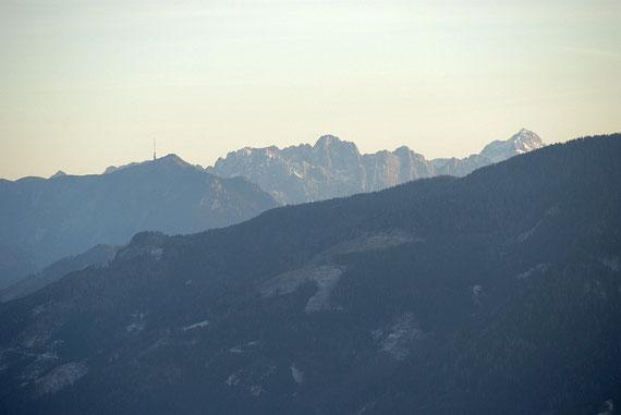 Von der Christebauerhütte zeigen sich Dobratsch, Skrlatica und Triglav (von links)