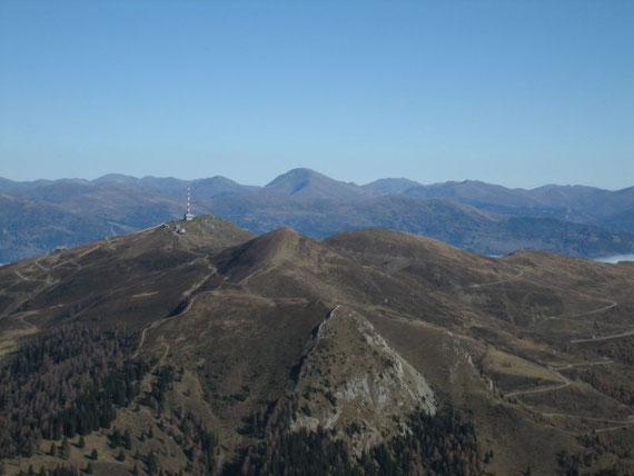 Im  Nordosten erheben sich das Goldeck mit Sender (2140m) sowie der Rosennock (2440m) mit all den weiteren Nocken