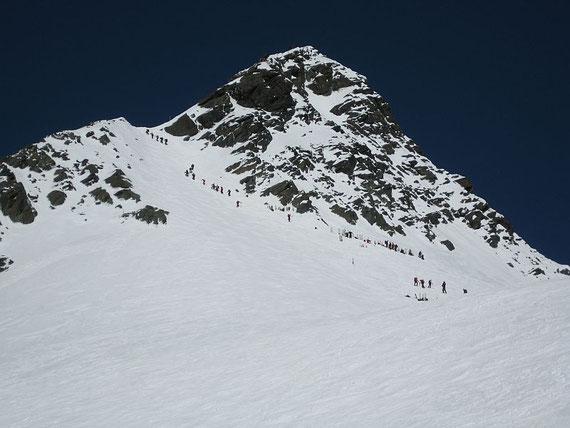 Knapp oberhalb der Adlersruhe zeigt sich schon, warum wir an diesem Tag unser Ziel nicht erreicht haben, Glocknerleitl mit Schidepot (Bildmitte) und Gipfelgrat hinauf zum Kleinglockner (10.5.2008)