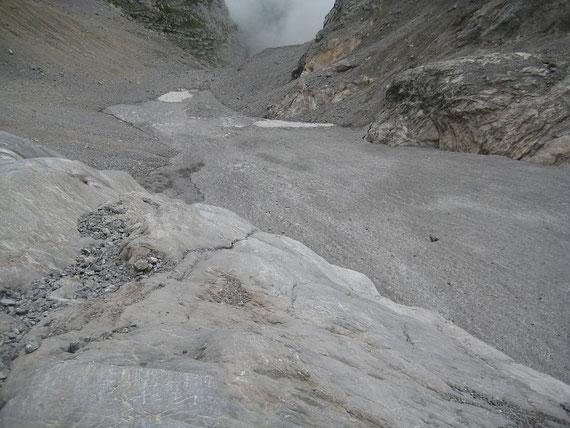 Auch in der Gletscherzunge liegt noch einiges an Firn und am unteren Ende ein kleiner Flecken Altschnee (Winter 2011/12)