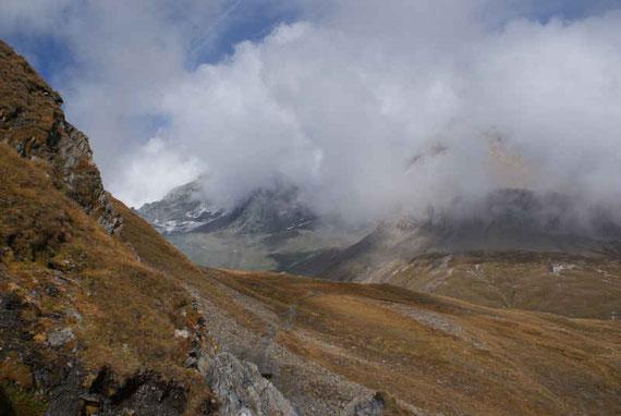 Die Salmhütte kommt ins Blickfeld (rechts), noch ist es aber ein weiter Weg bis dorthin!