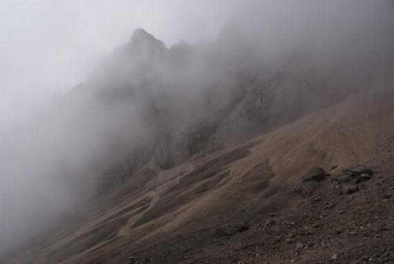 Durch ein großes Schuttkar geht es zum Einstieg des Klettersteiges