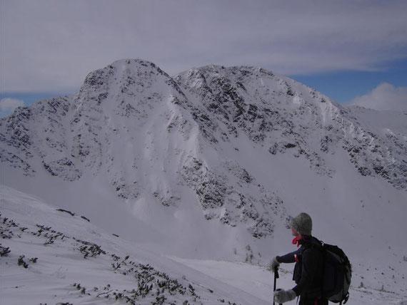 Knapp unterhalb des Gipfels bietet sich ein wunderbarer Blick auf den Geierkogel (2231m)