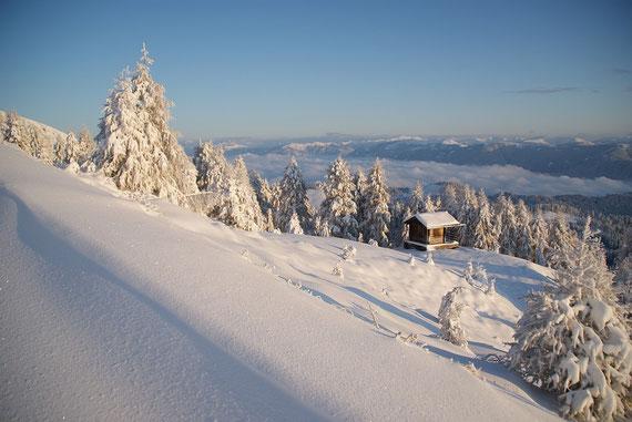 Die ehemalige Bergstation des Lärchenwaldlifts, im Hintergrund die Nockberge