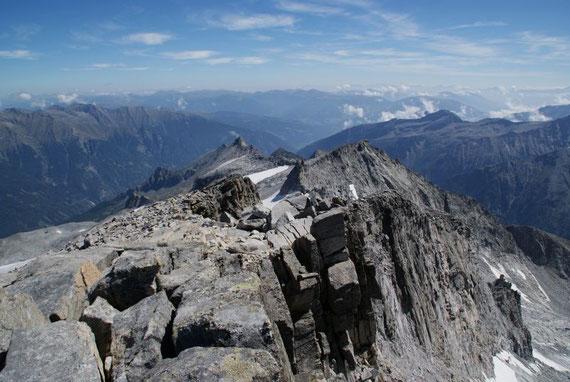 Am breiten Grat hinunter zu den Steinernen Mandl, im Hintergrund die Nockberge