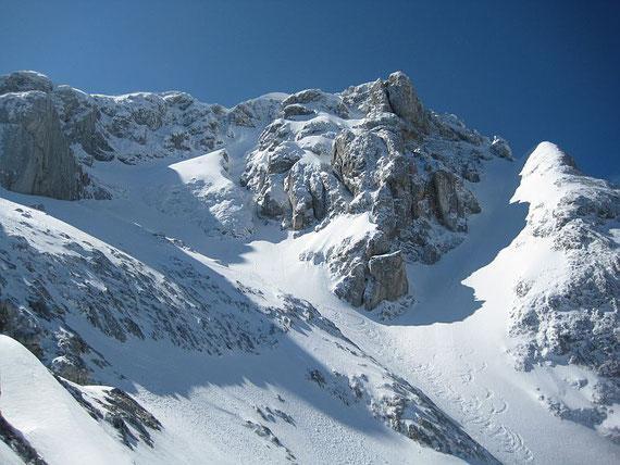 Die Gipfelrinne hinauf zum Mangart