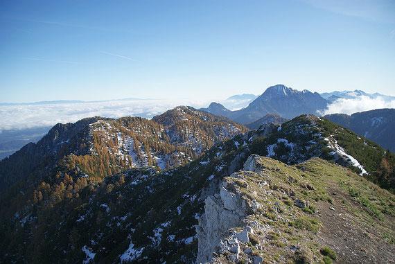 Der Blick über den Kamm zurück nach Osten zu den Karawanken und ins hochnebelerfüllte Klagenfurter Becken