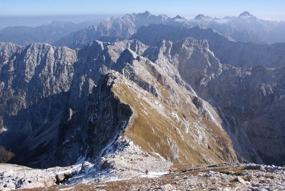 Beim Abstieg im oberen Teil, im Hintergrund zeigen sich Veunza, Mojstrovka, und ganz hinten Spik, Skrlatica, Stenar und Triglav