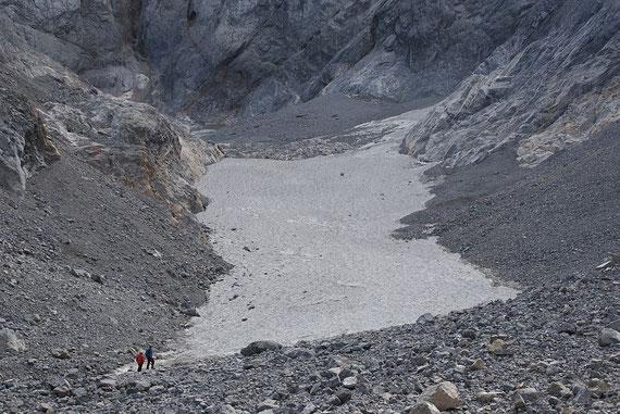 Blick vom Ende der mit Firn bedeckten Gletscherzunge zum Wandfuß