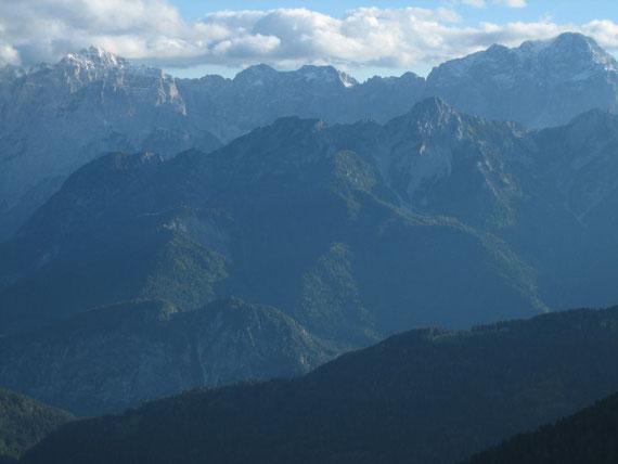 Der Schneefall vom Vortag hat die Julischen leicht angezuckert. Hier im Bild links der Wischberg (2666m) und rechts der Montasch (2753m)