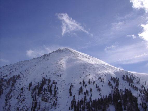 Der Blick nach Süden auf den Großen Grießstein (2337m). Trotz Sturms (Schneefahnen am Gipfel)und stark eingewehter Hänge, ließen sich einige Tourengeher nicht von dessen Besteigung abhalten