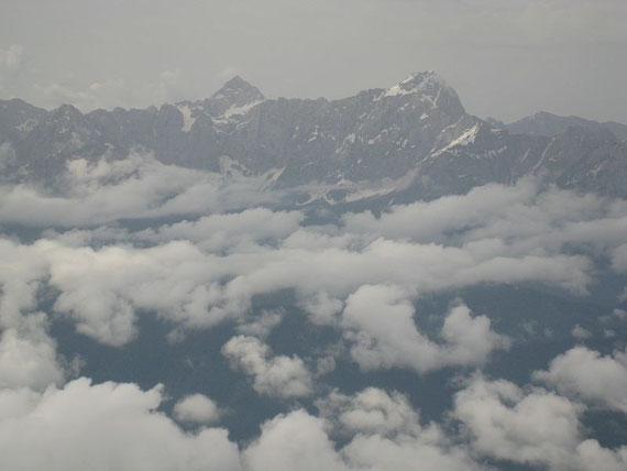 Ausblick nach Süden in die Julischen Alpen, im Bild der Jalovec (links) und der Mangart (rechts)