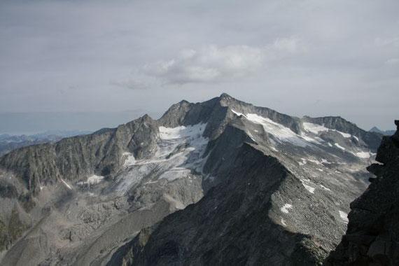 Blick nach Nordosten auf die fast vollkommen ausgeaperten Gletscher der Hochalm (3360m)