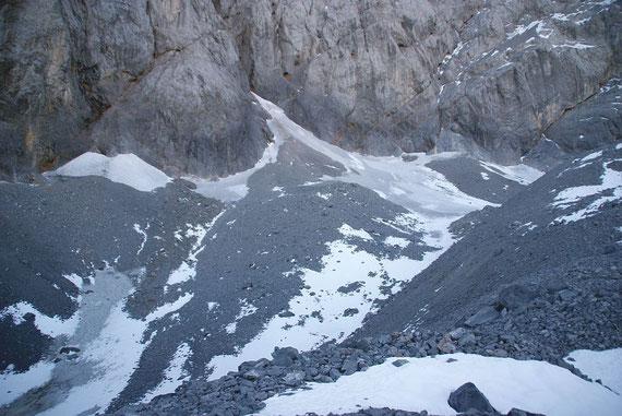 Blick von der Wetterstation über den Gletscher; noch liegt wenig Neuschnee im Kar