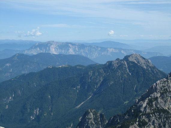 Vom Gipfel aus der Blick nach Norden auf den Dobratsch (2167m)